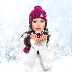Frau pustet Schnee