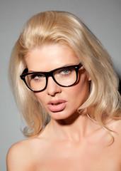 Blondes Mädchen schaut ernst