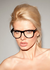 Hübsche blonde Frau mit Nerdbrille