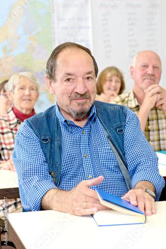 Mann im Klassenzimmer