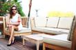 Frau genießt Aperitif auf Terrasse