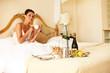 Hübsche Frau frühstückt im Bett
