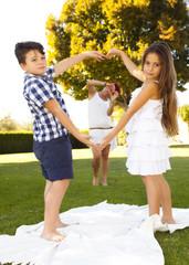 Bambini che fanno cuore con le mani