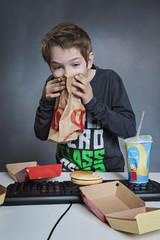 enfant malade devant son ordinateur