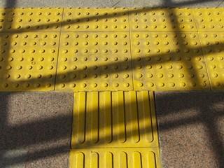 Barrierefreier Bahnsteig mit gelben Noppen in Istanbul Beyoglu