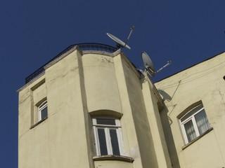 Verschachteltes Wohnhaus mit Satellitenschüsseln in Istanbul