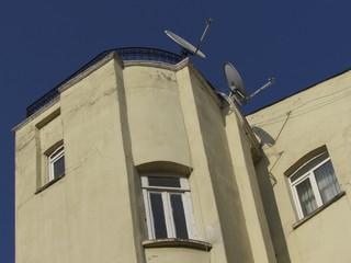 Altbau mit Satellitenschüsseln vor blauem Himmel in Istanbul