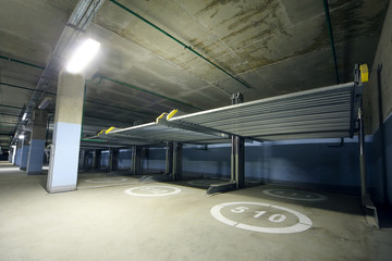 Long indoor two-level parking with electrolifts