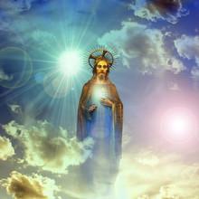 Jezus Chrystus statua złota z niebieskim tle nieba chmur