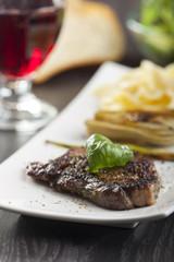 Steak mit Basilikum und Nudeln
