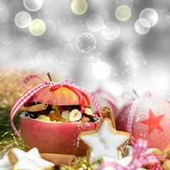 Gefüllter Bratapfel auf silbernem Hintergrund
