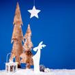 Weihnachtsdeko vor blau