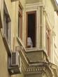 Bröckelnde Fassade mit Erker und Klimaanlage in Istanbul Beyoglu
