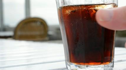 Trinken eines Softdrinks, beim Besuch eines Bistros