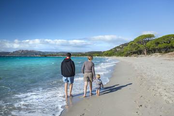 Famille marchant sur une plage