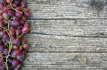 Grappoli d'uva su tavolo rustico