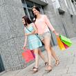 junge lachende frauen beim shopping im sommer