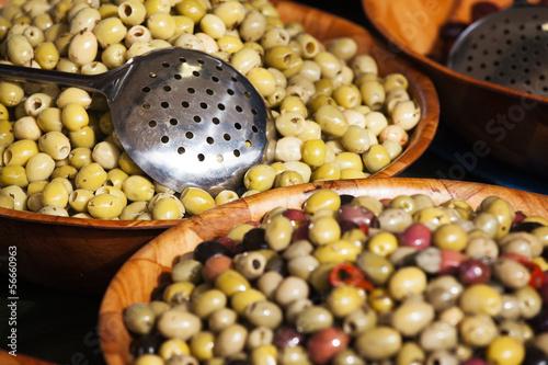 Oliven an einem Marktstand mit Fokus auf Hintergrund