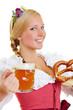 Frau im Dirndl mit Brezel und Bier