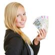 Lächelnde Geschäftsfrau hält Geldfächer