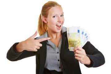 Geschäftsfrau zeigt auf Euro-Geldscheine