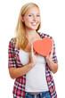 Blonde Frau hält rotes Herz