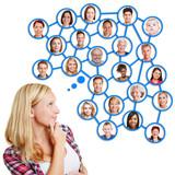 Junge Frau denkt an ihr soziales Netzwerk