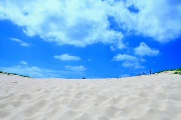 真っ白な砂山と青空