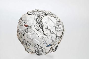 Papierkugel aus Zeitungsdruckpapier