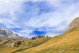 Scenario di montagna con cielo nuvoloso poster