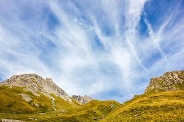 Cielo in montagna con nuvole e foschia