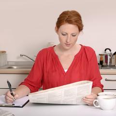Hübsche rothaarige Frau bei der Jobsuche