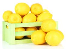 Citrons mûrs dans une boîte en bois isolé sur blanc
