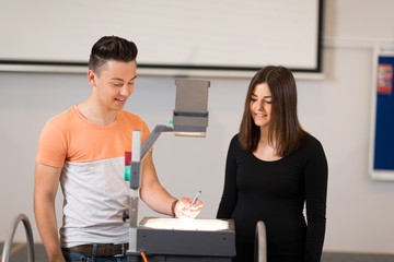 Schüler halten Referat mit Projektor