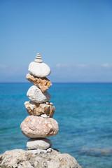 Säule aus Stein - blauer Hintergrund mit Meer in türkis