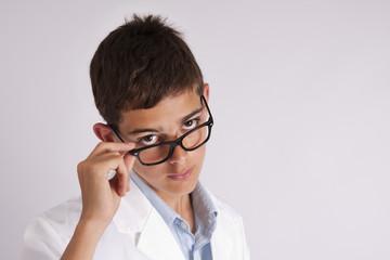 adulto joven con gafas y bata de médico