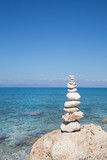 Symbol für Kraft, Mut, Gleichgewicht; Konzept, Hintergrund blau - 56686987