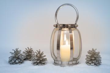 Moderne Laterne winterlich dekoriert