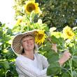Frau im Garten mit Sonnenblumen