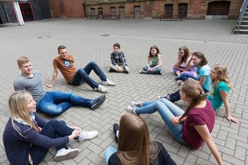Unterricht draußen auf dem Schulhof