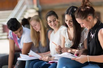 Lernen draußen auf dem Schulhof