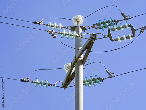 Current pole with insulators
