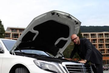 Mann vor Auto