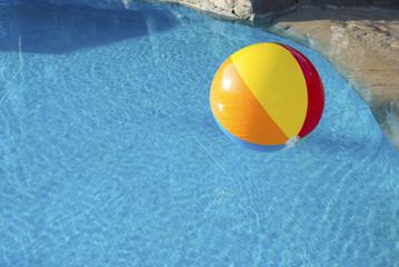 Ballon dans piscine