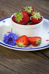 Erdbeeren und Kornblume