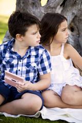 Bambini curiosi che osservano
