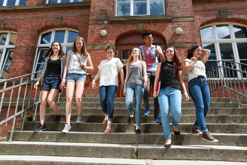 Schüler gehen Treppe runter