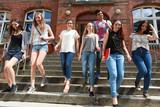 Fototapety Schüler gehen Treppe runter