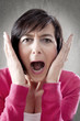 Frau mit entsetztem Gesichtsausdruck