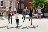 Fototapety fröhliche Schüler springen draußen